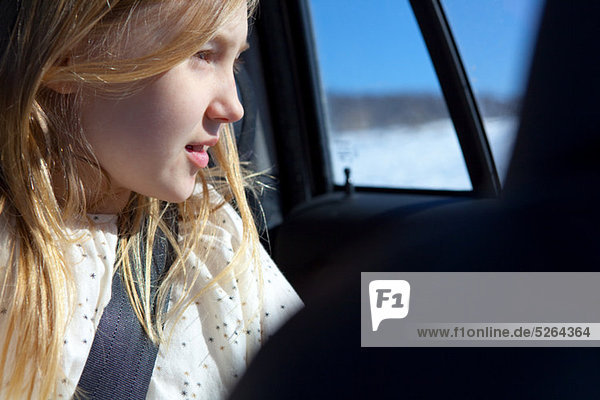 sehen Fenster Auto blättern jung Mädchen