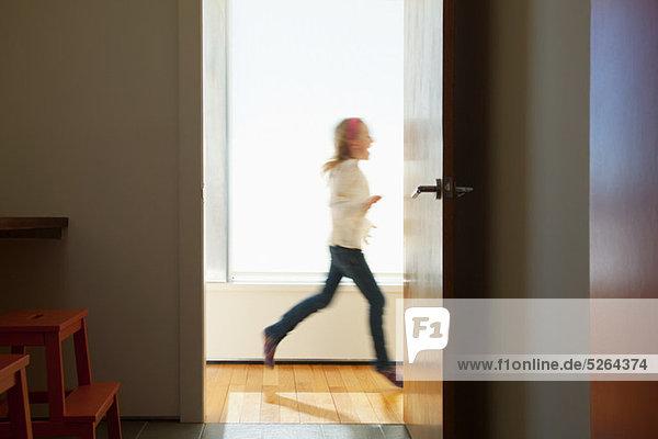 Mädchen rennt an der Tür vorbei