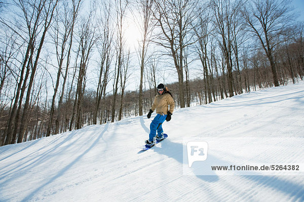 Junge Frau Snowboarden