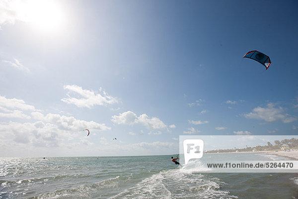 Junger Mann kitesurfing