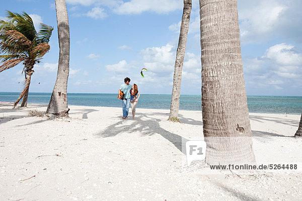 Junges paar Wandern am Strand