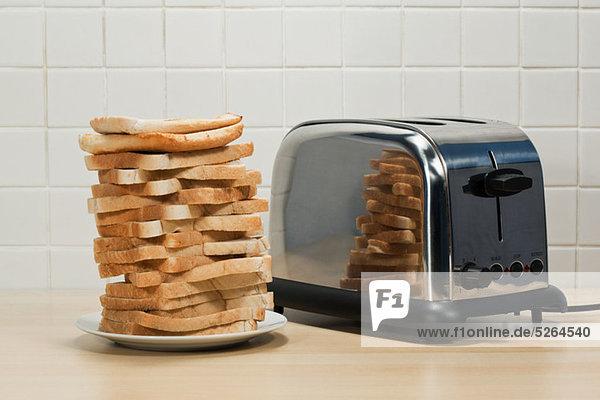 Stapel Toast und Toaster