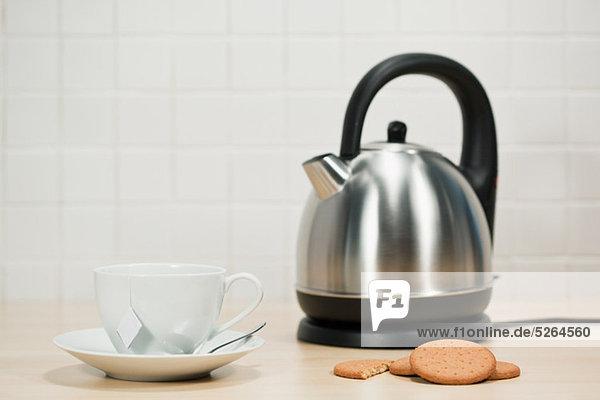 Tee und Kekse mit Wasserkocher