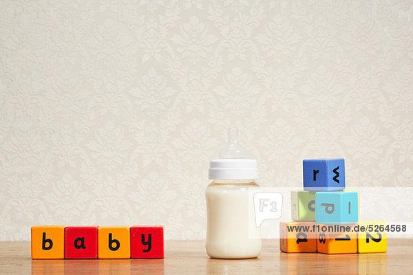 Babymilch und Alphabetblöcke