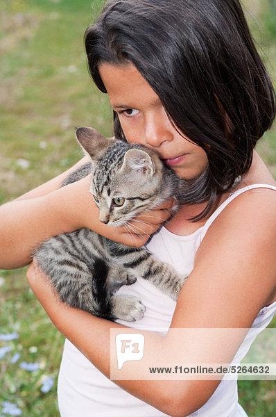 Girl Holding Haustier Katze  portrait