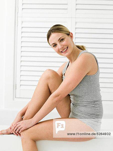 Junge Frau im Bad mit Lamellentür