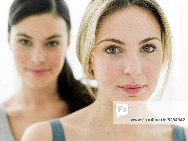 Porträt der jungen Frauen im Badezimmer