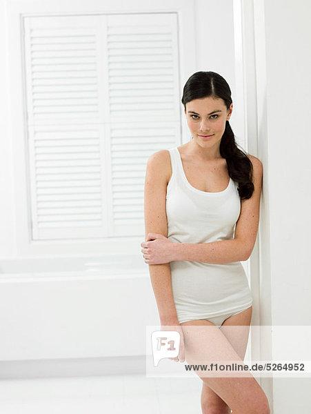 Junge Frau im Bad mit Abstellflächen gelocht Tiefe Tür