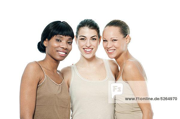 Drei junge Schwestern in Umarmung