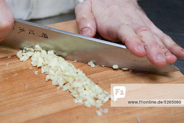 Chefkoch beim Würfeln von Zwiebeln