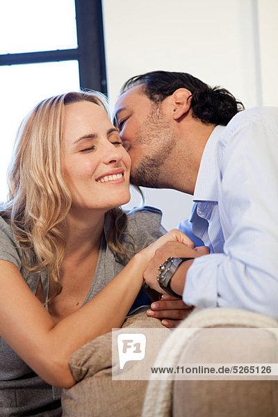 Frau auf die Wange küssen