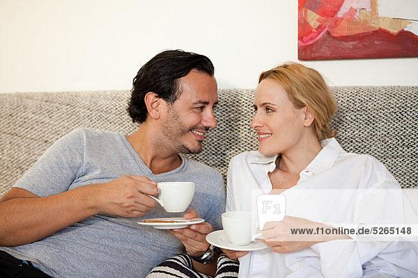 Paar mit Kaffee im Bett