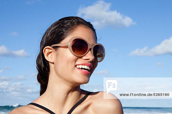 Frau am Strand mit Sonnenbrille