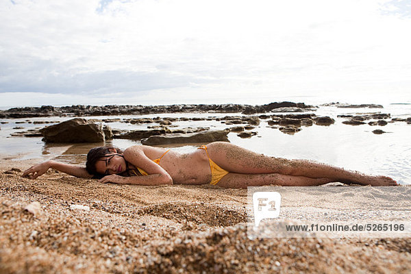 Frau liegen am Strand