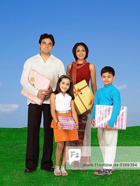 Geschenk  stehend  Menschliche Eltern  grün  halten  Gras