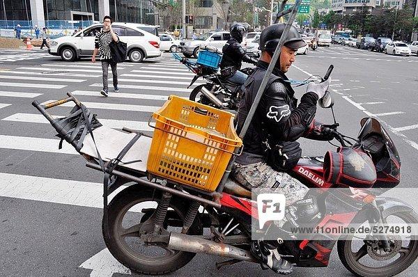 Seoul  Hauptstadt  Handy  Mann  sehen  Kurznachricht  Motorrad