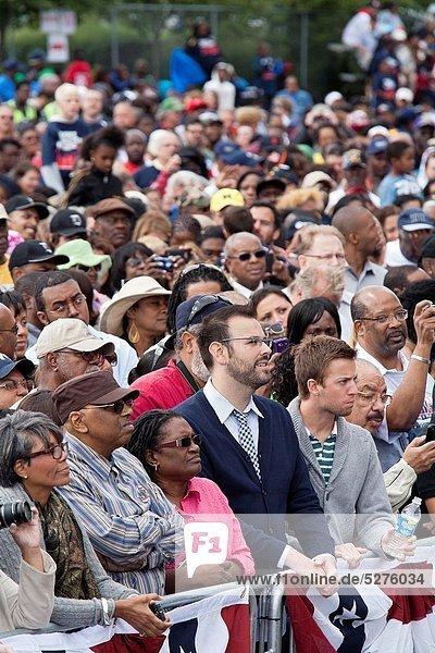 zuhören  Tag  Rede  Reden  warten  Präsident  Menschenmenge  Detroit  Michigan