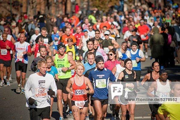 Marathonlauf  Marathon  Marathons  nahe  beobachten  Fest  festlich  jubeln  Großstadt  Markierung  Läufer  Wettbewerb  Nummer  Berg  Ziehbrunnen  Brunnen  10  Harlem  neu