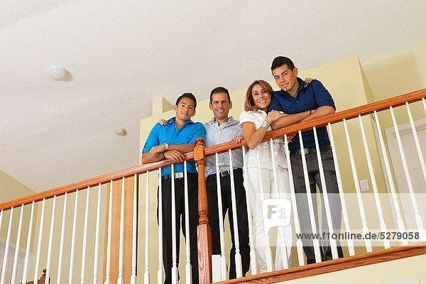 stehend, Portrait, Hispanier, Geländer, Interior, zu Hause, zu Hause