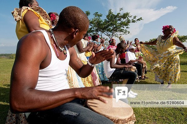 Schlagzeug  Frau  Mann  tanzen  Festung  zeigen  Karibik  Mittelamerika  Panama  spielen  spanisch