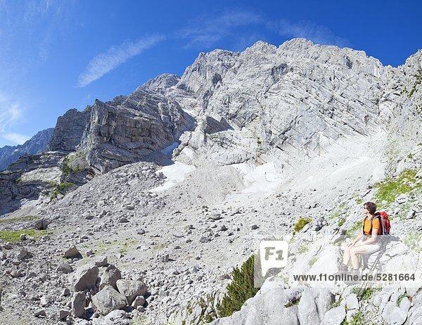 Wanderin macht eine Pause am Hohen Göll  Berchtesgadener Alpen  Österrreich