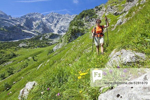 Frau wandert am Hohen Göll  Berchtesgadener Alpen  Österrreich