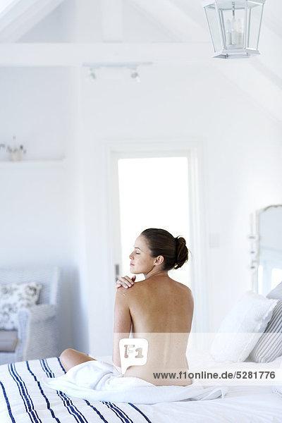 Schöne nackte Frau sitzen Feuchtigkeitscreme