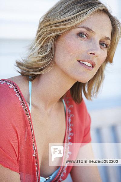 Schöne Frau außerhalb Strandhaus
