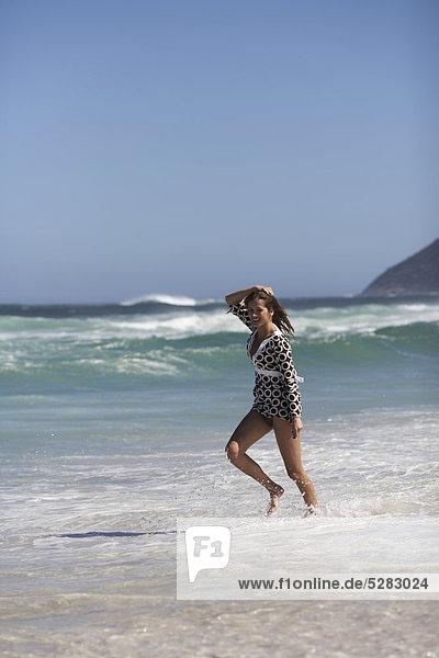 Frau entlang Wasser