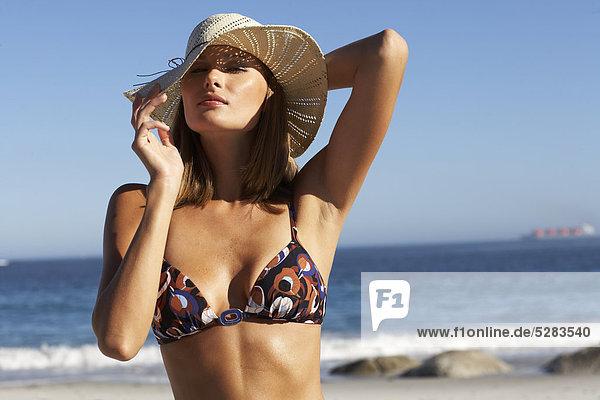 Frau trägt Sunhat am Strand