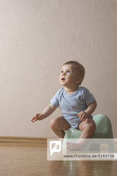 Baby Boy sitting on Töpfchen