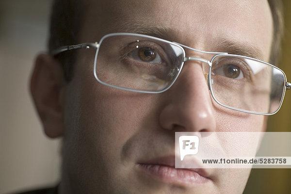 Headshot of Geschäftsmann mit Brille Headshot of Geschäftsmann mit Brille