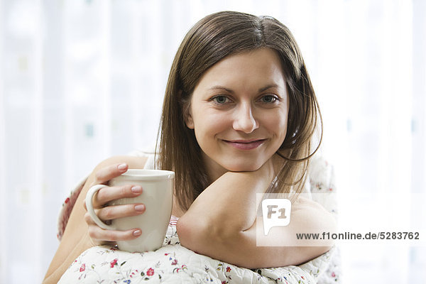 Portrait of young Woman mit cup