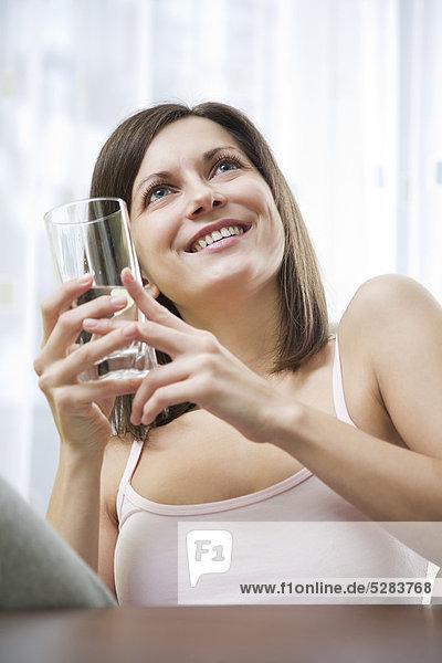 Portrait of young Woman mit Glas Wasser