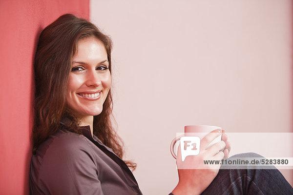 young Businesswoman mit trinken Kaffee Pause