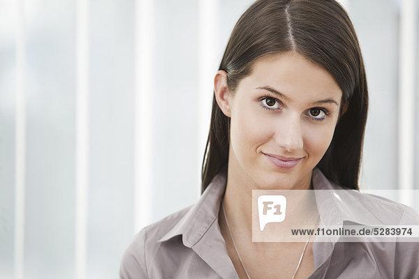 Kopfschuss von jungen geschäftsfrau