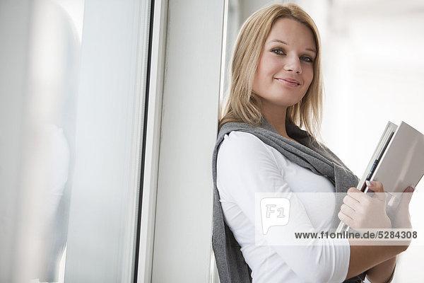 Porträt der jungen geschäftsfrau mit Dokumenten