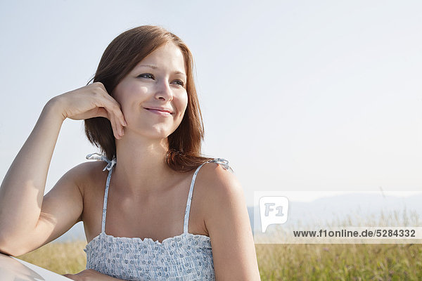 Portrait of young Woman im Sommer gelehnt Auto