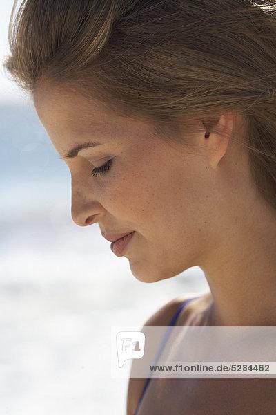 Porträt von frischen konfrontiert Woman on beach
