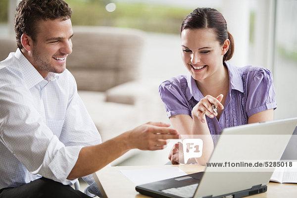 zwei Menschen sprechen an Laptop-computer