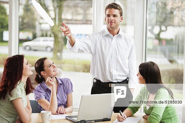 Young Businessman giving Presentation weiblichen Kollegen