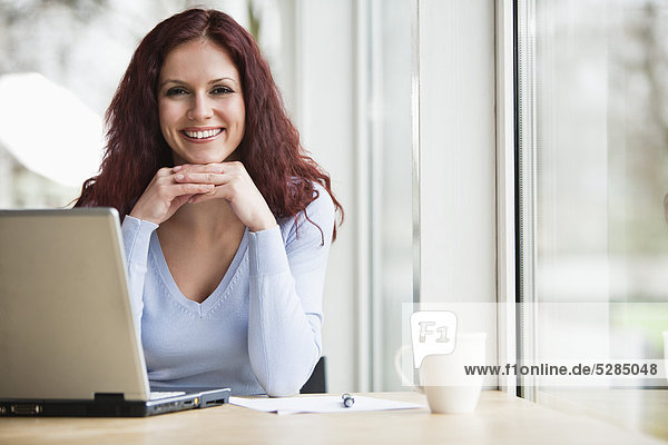 Portrait of young Geschäftsfrau with Laptop-computer