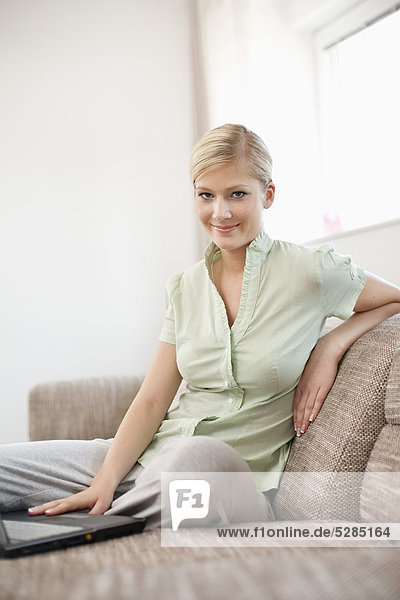 Interior,  zu Hause , Portrait , Frau , Computer , Notebook , jung