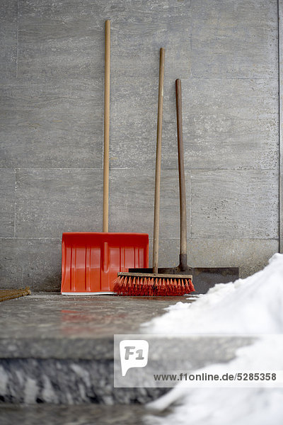 Stillleben mit Schaufel im Winter und Schnee Schaufel Besen