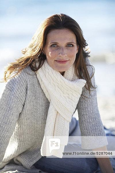 Schöne Reife Dame entspannen am Strand