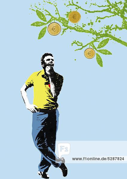 Mann betrachtet Euromünzen auf einem Obstbaum