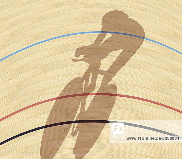 Radfahrer wirft einen Schatten auf eine Radrennbahn