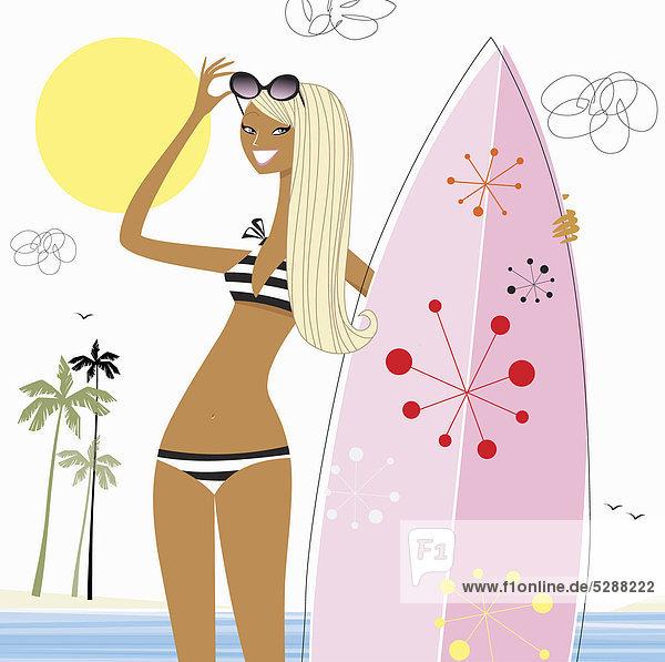 Frau mit Surfbrett am Strand Frau mit Surfbrett am Strand