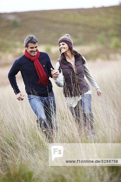 Mature Couple walking in den Wäldern.