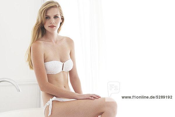 Wunderschöne Frau in weißem bikini